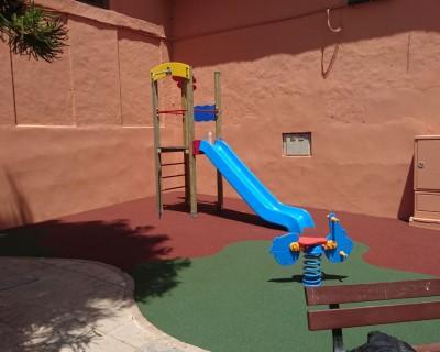 Juegos infantiles y suelo de caucho en Llaurí