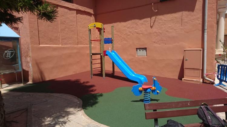 juegos infantiles y suelo de caucho en llaur