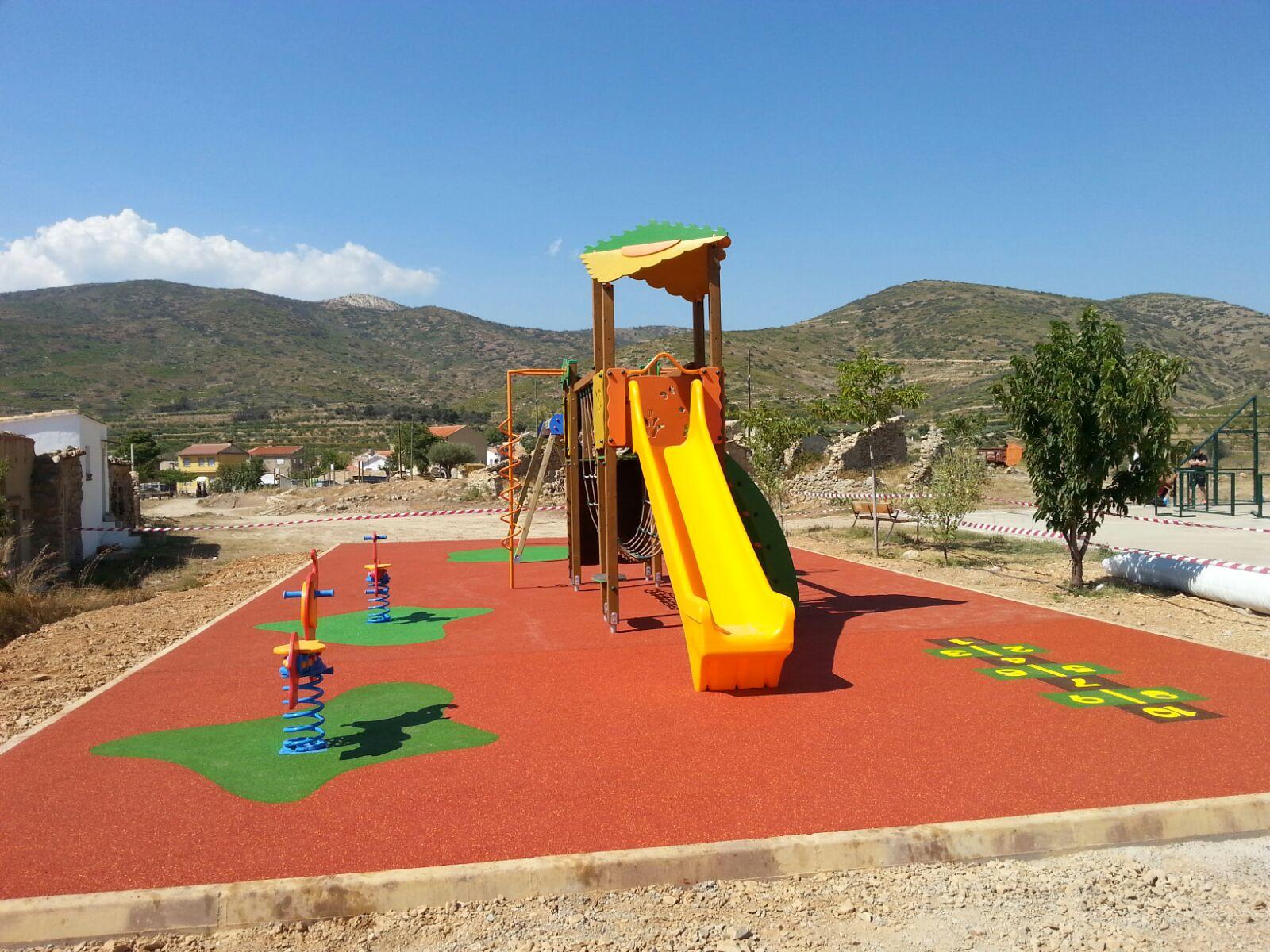 Juegos infantiles y suelo continuo en Andilla