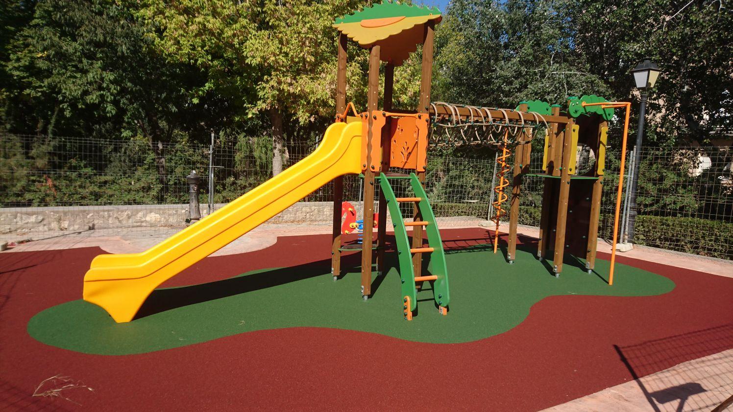 Juegos infantiles y suelo de seguridad en Moixent