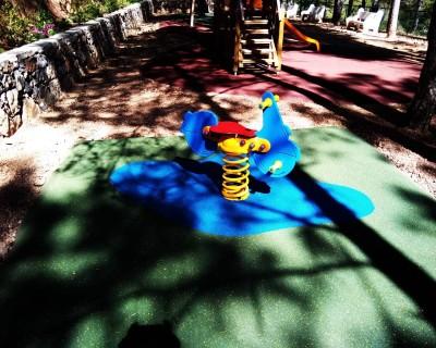 Muelles y suelo de caucho en Andilla
