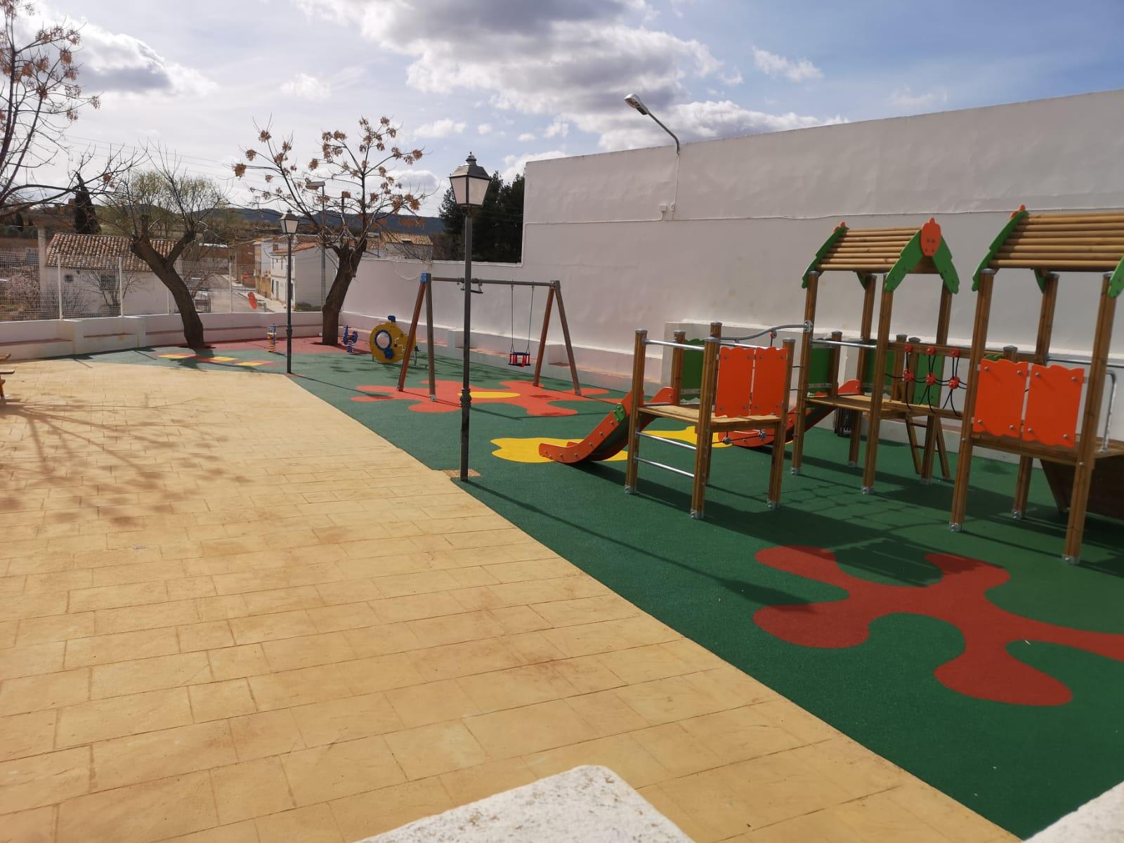Zona Infantil en Utiel con Mesas de Picnic