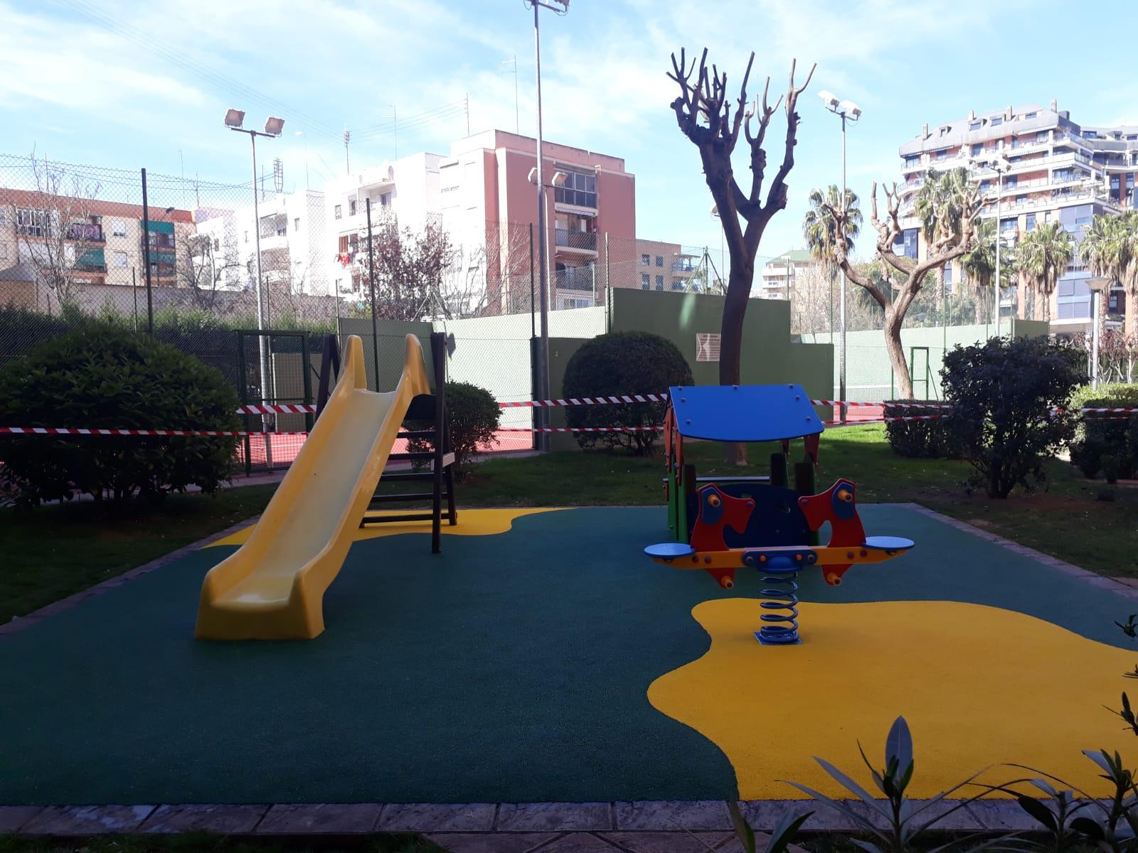 Suelo de caucho, casita y balancín en Valencia