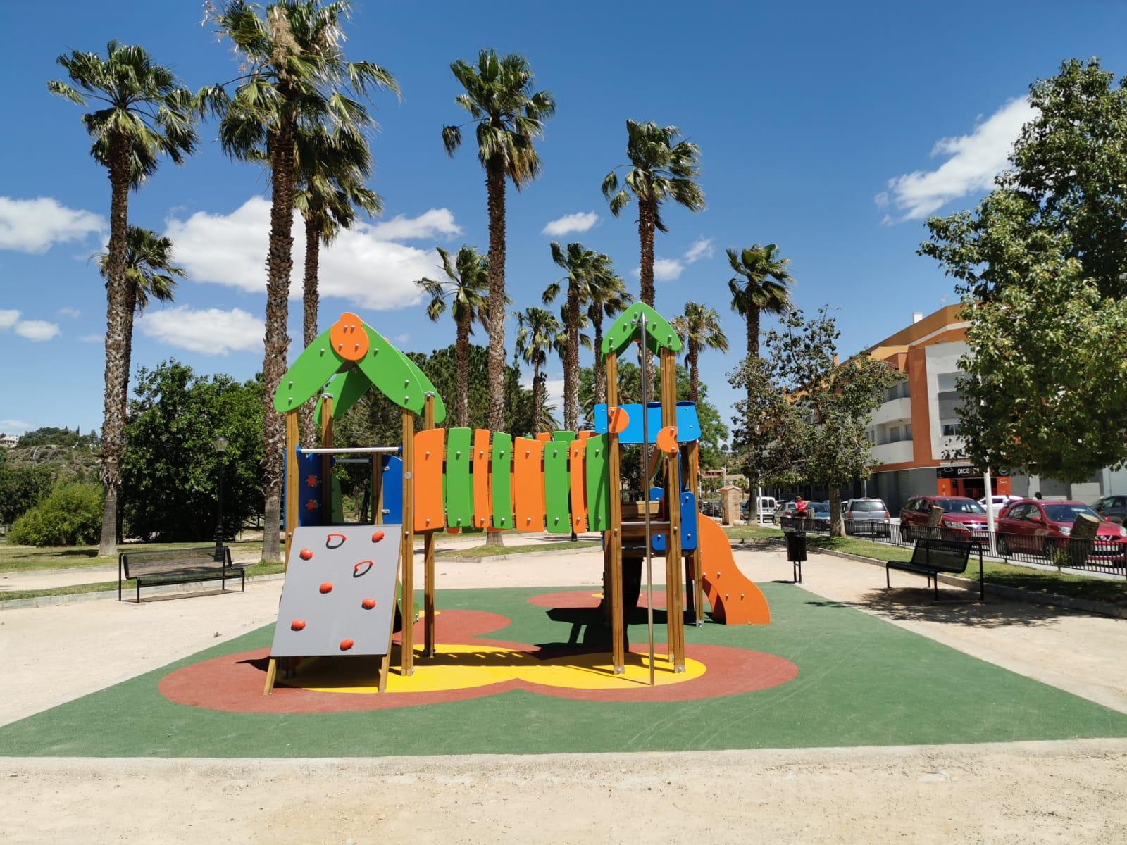 Juegos Infantiles y Suelo en parque de Montserrat