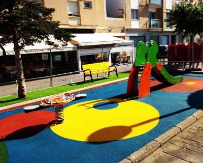 Juegos Infantiles, Bancos, Suelo de Caucho y Césped en Montserrat