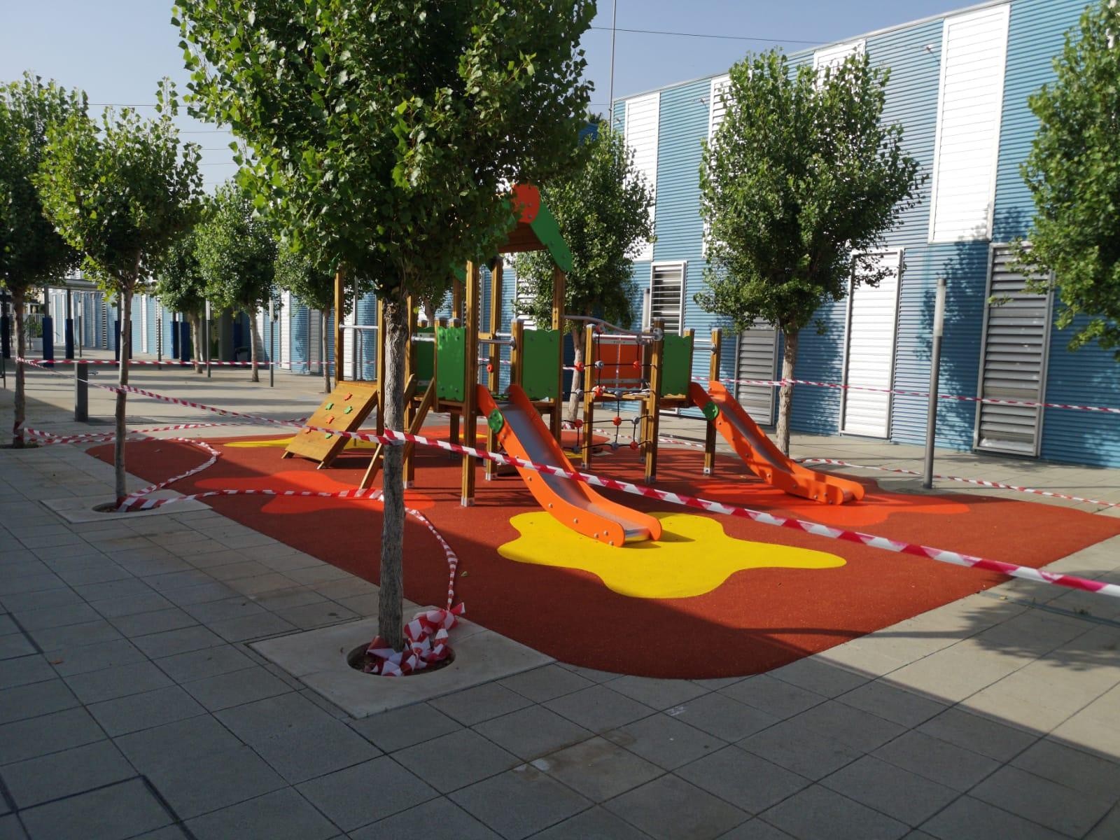 Juegos infantiles y suelo de caucho en colegio de Sollana