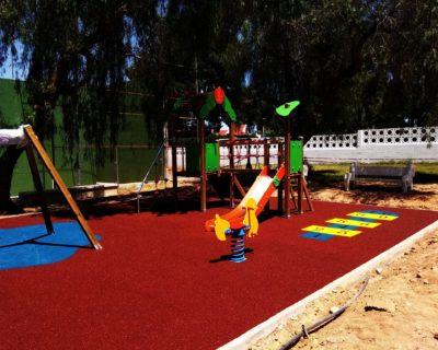 Juegos Infantiles y suelo de caucho en urbanización de Chiva