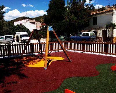 Juegos infantiles, suelo y valla de madera en Andilla