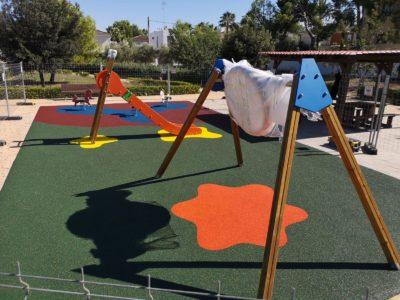 Juegos infantiles y suelo de caucho en La Pobla de Vallbona