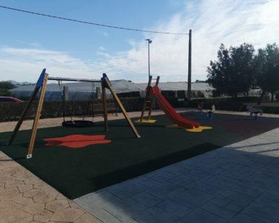 Juegos infantiles y suelo de seguridad en La Pobla de Vallbona