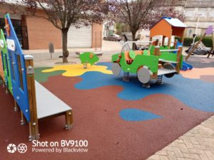 Juegos infantiles y suelo de seguridad en Requena