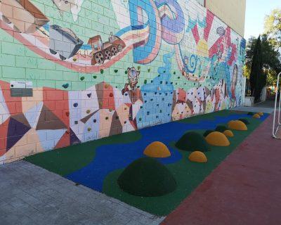 Suelo de seguridad y montículos en colegio de Godella