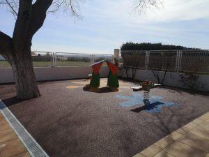 Juegos infantiles y suelo de caucho en Utiel