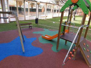 Juegos infantiles y suelo de caucho en residencial en Valencia