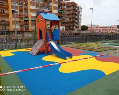 Juegos infantiles y suelo de caucho en hotel de Alicante